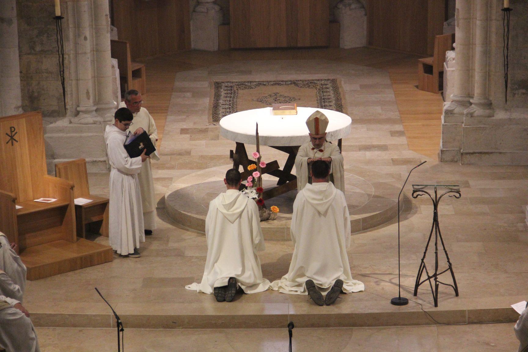 l'évêque impose les mains à frère Grégoire