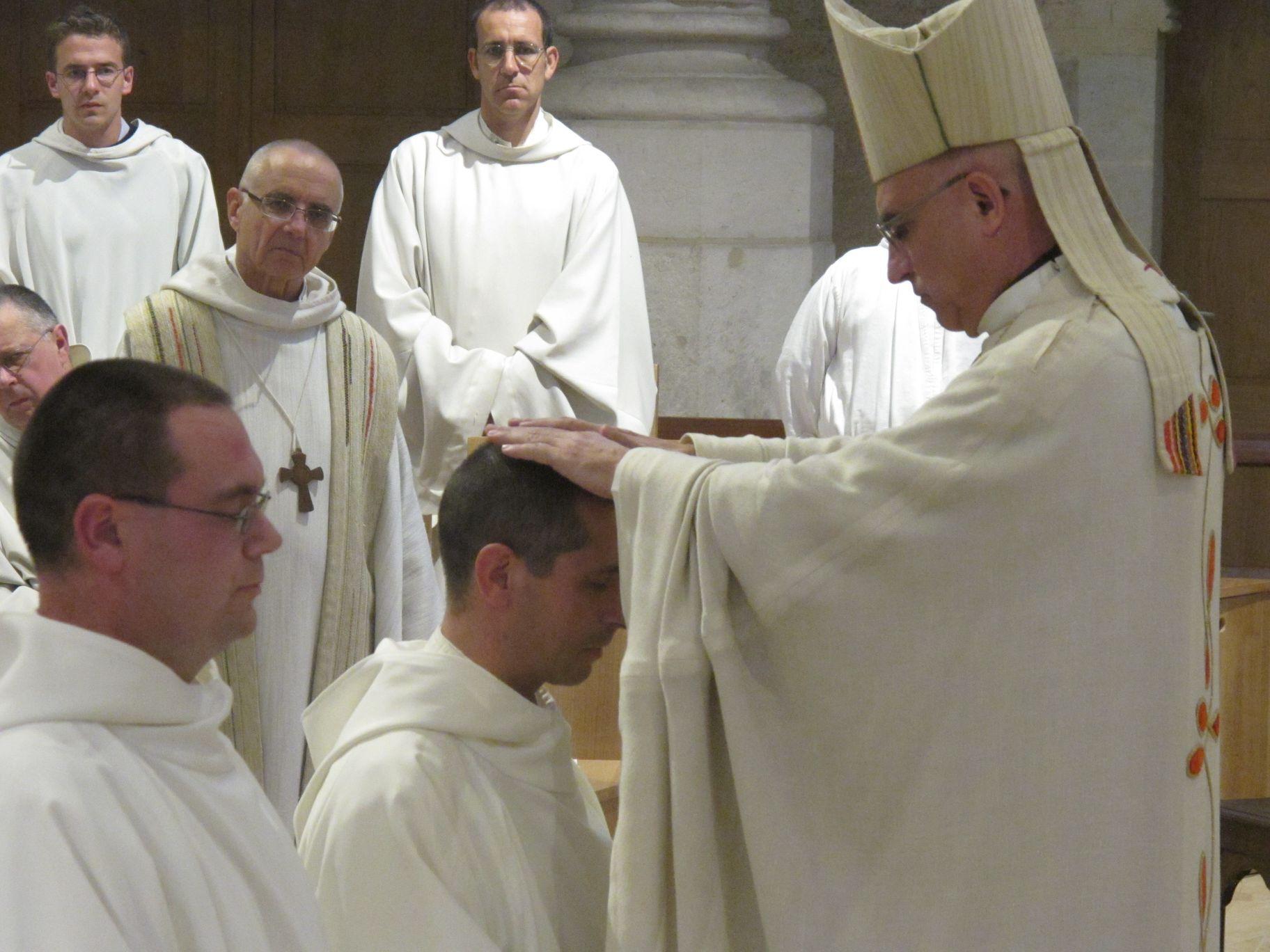 l'évêque impose les mains à frère Oliveto