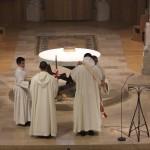 un diacre revêt l'étole à fr Grégoire