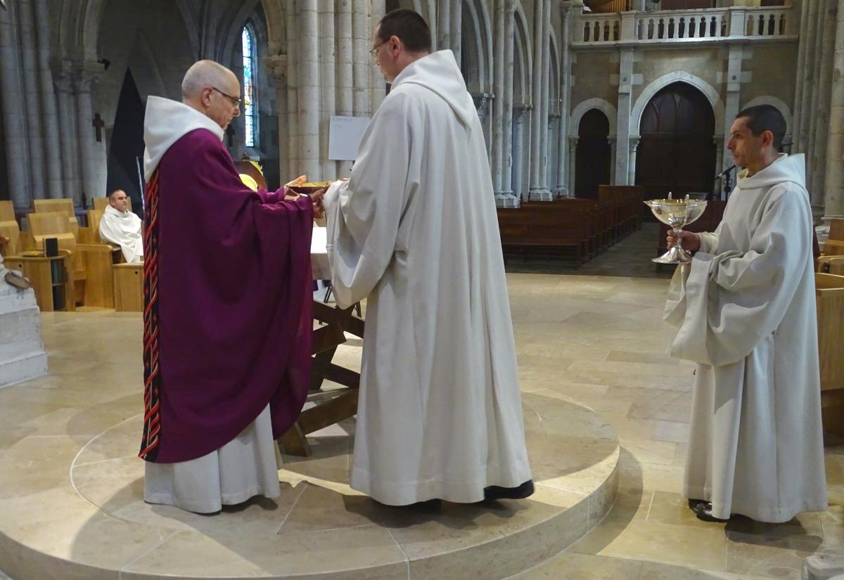 frère Grégoire apporte la patène à l'autel
