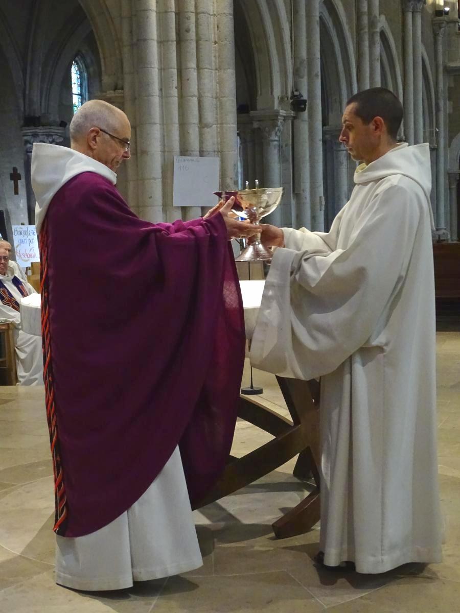 frère Oliveto apporte la coupe au père abbé