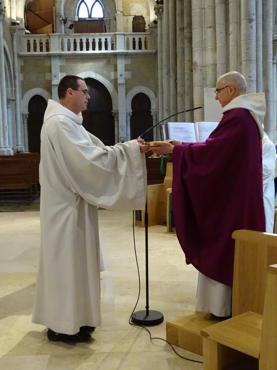 Le père abbé remet une patène au frère