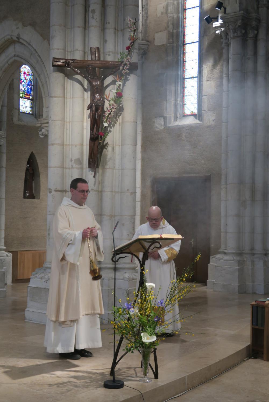 Le diacre encense l'Evangile