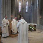 Le père abbé prie pour le jubilaire
