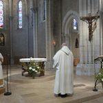 lecture de la charte, de dos, devant l'autel