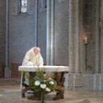 Signature de la charte sur l'autel
