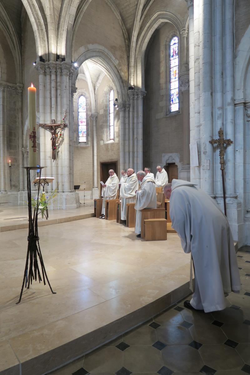 Fr Comlomban incliné à l'entrée du choeur