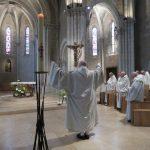 Fr Comlomban les bras levés au milieu du choeur