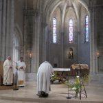 Fr Comlomban incliné devant l'autel