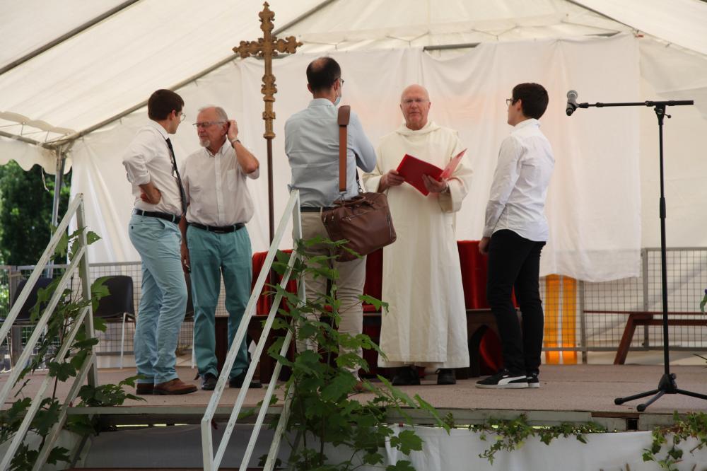 frère colomban avec deux diacres et deux jeunes servants