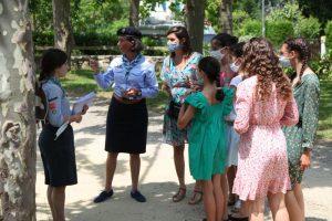 Jeunes filles et guides en conseil