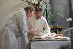 les sacristains préparent la crédence